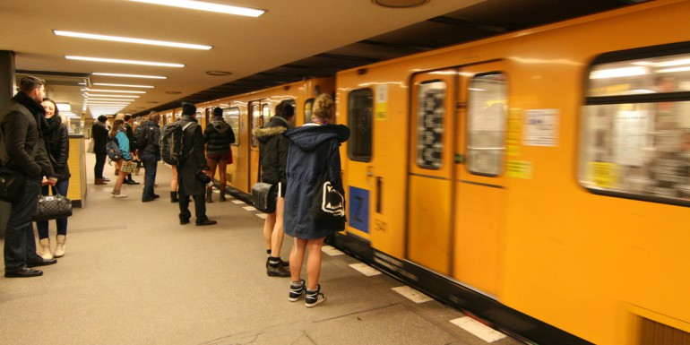 Teilnehmer des NPSR 2013 steigen in die Berliner U2